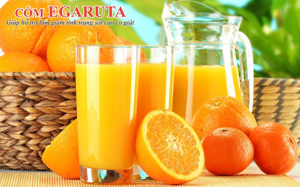 Bổ sung vitamin cho trẻ sốt cao co giật bằng nước ép cam, sinh tố hoa quả